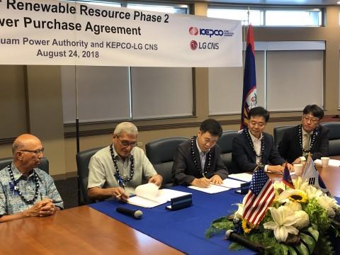 죠셉 듀에냐스 괌 공공요금위원회 의장(왼쪽부터), 존 베나벤테 괌 전력청장, 최충국 한전 해외신사업처 부장, 하봉수 한전 해외사업본부장, 하태석 LG CNS 에너지신산업추진단장