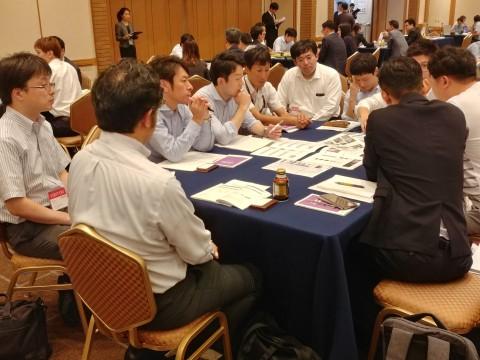 한전 수출상담회에서 일본 관계자들이 설명을 듣고 있다