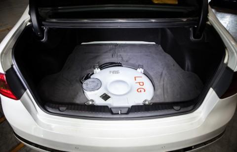 LPG 도넛형 용기가 장착된 차량