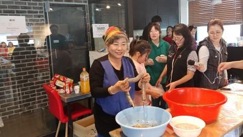 남과 북이 하나되는 문화소통 행사에 참여한 참가자들이 북한음식을 체험하고 있다