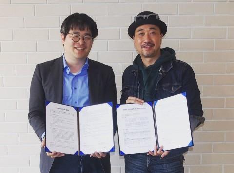 모헤닉게라지스 김태성 대표(오른쪽)와 얍체인 재단 박성재 대표가 업무협약 체결 후 기념촬영을 하고 있다