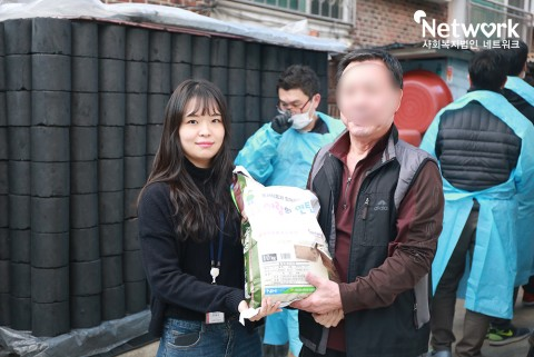 추운 겨울나기를 위해 연탄, 쌀 지원