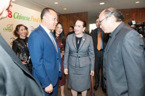 제73차 유엔총회 의장 마리아 페르난다 에스피노사가 차오 카이롱 이사 및 다른 인사들과 유엔에서 열린 중국음식축제에 참석했다