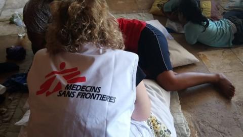 국경없는의사회가 나우루에 설치한 클리닉에서 환자를 치료하고 있다
