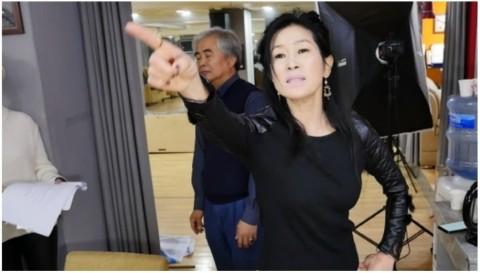 연극 오팔주점 대본 연습 현장에서 열연 중인 김선 한국시니어스타협회 회장