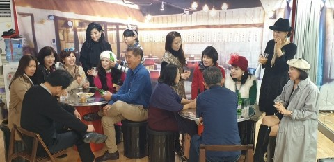 연극 연습 중인 한국시니어스타협회 회원들