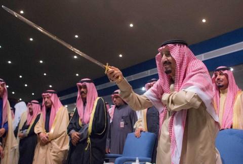33차 알 자나드리아의 개막식에 참석한 신성한 두 사원의 수호자 살만 빈 압둘아지즈 알 사우드 국왕