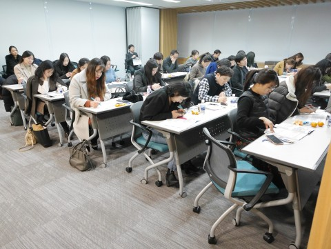 산학협력단 관계자들이 연구행정통합시스템 교육을 듣고 있다