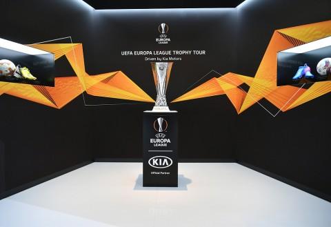 2019 제네바 모터쇼 기아차 부스에 전시된 UEFA 유로파리그 트로피