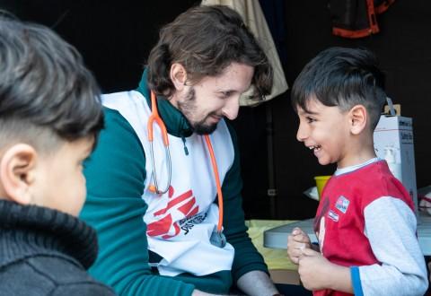 국경없는의사회 소속 의사가 그리스 내 난민 캠프의 어린이에게 폐렴 백신을 접종하고 있다 © MSF/Sophia Apostolia