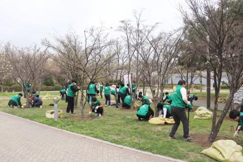 서울숲공원 가꾸기 활동에 참여하고 있는 스타벅스 파트너들