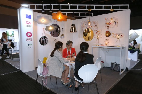 지난 해 열린 현대 유러피언 디자인 전시상담회에 참가한 유럽 인테리어업체와 국내업체가 비즈니스 상담을 진행하고 있다