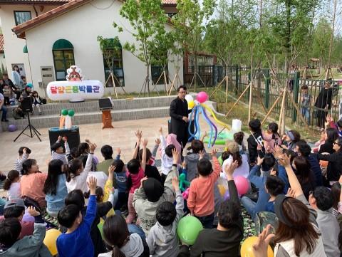 참가자들이 주말에 열리는 버블쇼를 보고있다