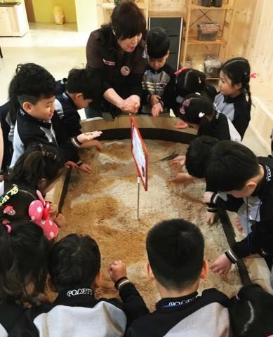 해설사 선생님이 아이들에게 파충류에 관한 해설을 하고 있다
