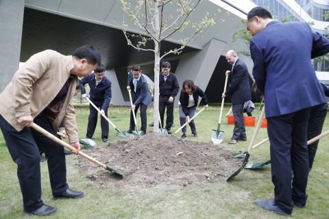 존스콘트롤즈 3개 본사가 지구의 달을 맞아 함께 나무를 심고 있다