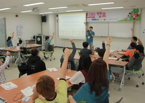 인터넷·스마트폰 치유캠프에 참가한 청소년들이 프로그램에 참여하고 있다