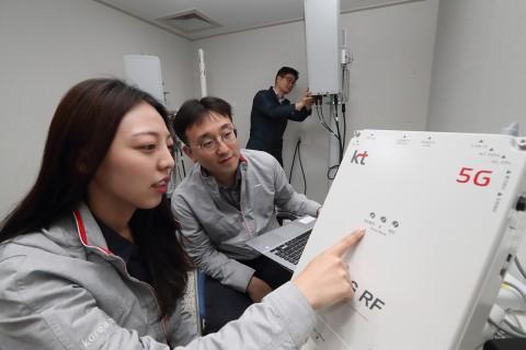 KT 연구원들이 3.5GHz 주파수대역 5G RF 중계기 테스트를 진행하고 있다