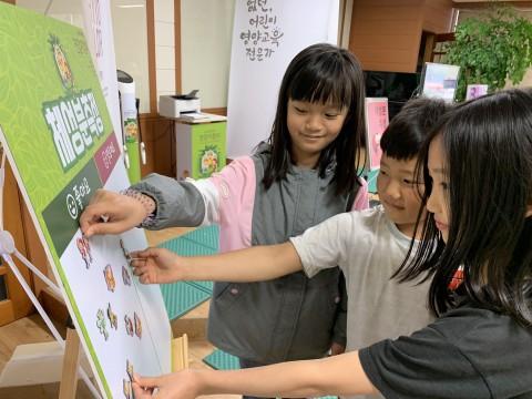 한국암웨이가 뉴트리라이트 건강지킴이 프로그램을 통해 초등학생 아동들의 체성분을 측정하고 있다