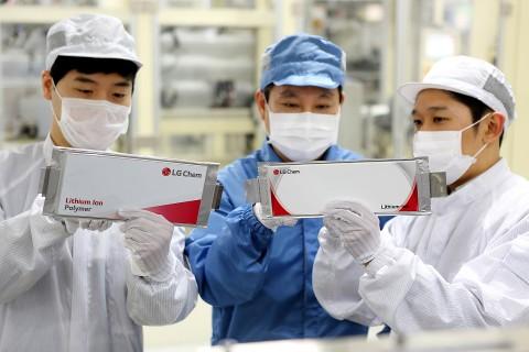LG화학 오창공장에서 직원들이 전기차 배터리를 점검하고 있다