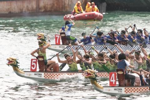 홍콩 드래곤 보트 카니발의 일부로 개최되는 홍콩 국제 드래곤 보트 경주에 전 세계의 드래곤 보트 클럽들이 참가한다