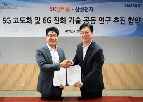 왼쪽부터 SK텔레콤 박진효 ICT기술센터장과 삼성전자 전재호 네트워크사업부 개발팀장이 5G 고도화 및 6G 개발 업무협약을 체결하고 기념사진을 찍고 있다