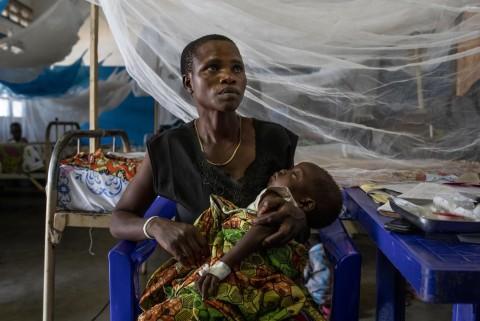 부니아 종합 병원 홍역 병동에서 마마 에발레티의 자녀가 입원치료를 받고 있다
