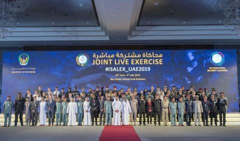 ISALEX19 훈련 참가자들과 셰이크 사이프 빈 자예드 알 나히얀 부총리 겸 내무장관이 단체 사진을 찍고 있다