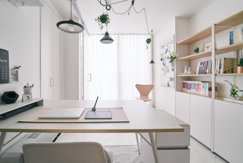 데스커가 진행한 데스커X데스커스 캠페인의 디자이너의 홈오피스 공간