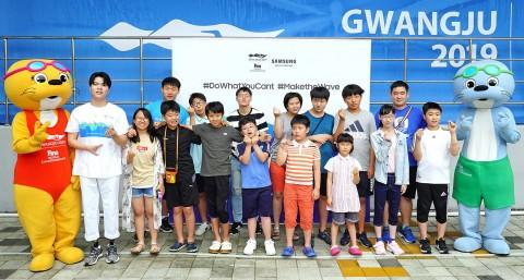 경영 단체 관람을 기념하는 김세진 전 장애인 수영 국가대표와 광주장애인체육회 발달장애 수영 꿈나무들