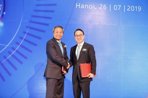 좌측부터 CMC 응우엔 쭝 찡 대표이사 회장, 삼성SDS 홍원표 대표이사 사장이 전략적 투자 계약 체결 후 악수하고 있다