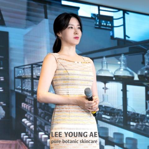 배우 이영애가 중국인 VIP 고객을 대상으로 한 순식물성 이영애 화장품 뷰티 클래스에 참석했다