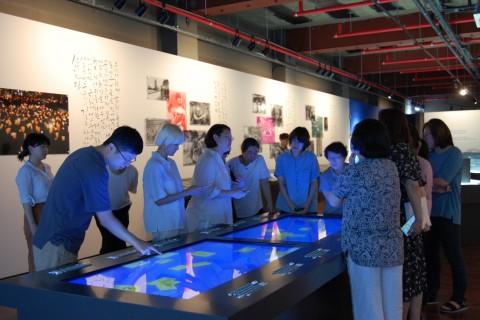개막을 준비 중인 민주생활 전 해설사 양성과정에 참가한 교육생들이 전시물 관련 교육을 받고 있다