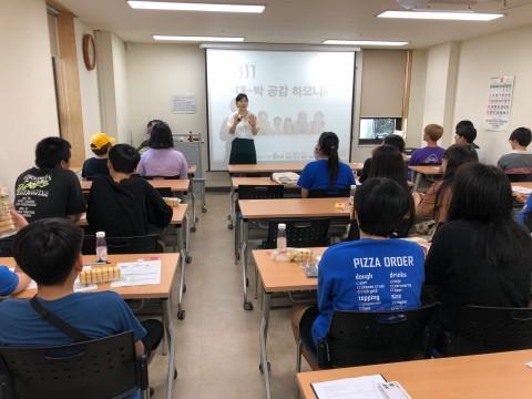 사전교육을 듣고 있는 효문중학교 학생들
