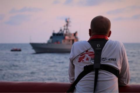 제이 버거 국경없는의사회 현장 코디네이터가 구조된 사람들이 몰타 하선을 위해 오션바이킹호에서 몰타 군 선박에 옮겨탄 후 선박을 바라보고 있다