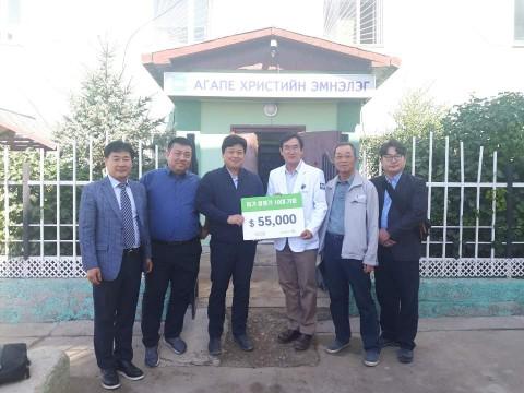 왼쪽에서 세번째부터 사랑과선행 이강민 대표이사와 아가페 병원 박관태 선교사