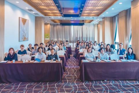 2019년 여성과학기술인 R&D 경력복귀 지원사업 하반기 신규 선정자 사업운영설명회에서 단체 기념사진 촬영이 이뤄지고 있다