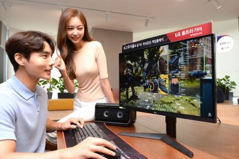 모델들이 LG 울트라기어 27인치 게이밍 모니터 신제품으로 게임을 즐기고 있다