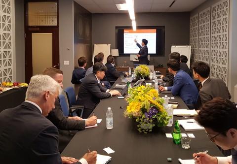 오렌지라이프 FC영업전략부문 김범수 상무가 캐나다라이프를 방문해 오렌지라이프의 영업전략을 발표하고 혁신 디지털 플랫폼을 시연하며 보험산업 지식교류세션을 진행하고 있다