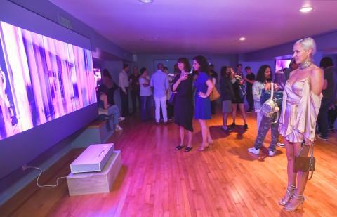 미국 산타모니카에서 관람객들이 데이비드 반 에이슨의 디지털 아트 작품을 LG 시네빔 레이저 4K가 구현한 초대형·고해상도 화면으로 감상하고 있다