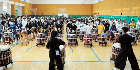 국립중앙청소년수련원 2차 모듬북캠프에 참가한 청소년이 한 장소에 모여 짝두름 가락을 익히고 있다