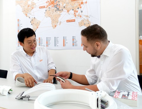 왼쪽부터 e스킨 플랫 샘플 회의를 갖고 있는 정준희 과장과 이구스 클린룸 산업 HQ 담당자 Peter Mattonet