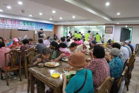 성민무료급식센터 어르신들이 밥퍼봉사단이 제공한 저녁식사를 하고 있다