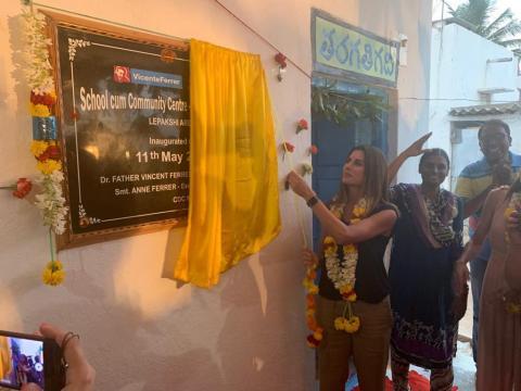 제마 아즈라 메리케이 스페인 제너럴 매니저가 인도 아난타푸르에 소재한 학교의 개교식에 참석했다