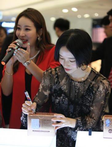 대만 항당화 콜라겐 음료 'Vimi collagen' 론칭 기념 이정현 팬사인회가 진행되고 있다