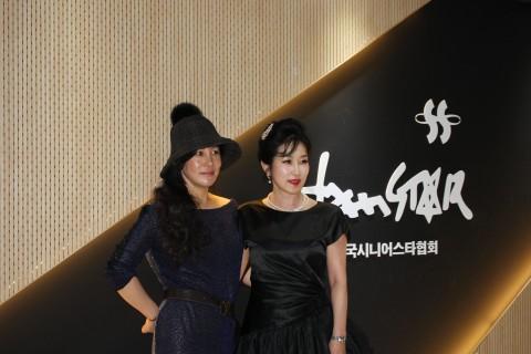 왼쪽부터 유지영 디자이너, 한국시니어스타협회 김선 회장