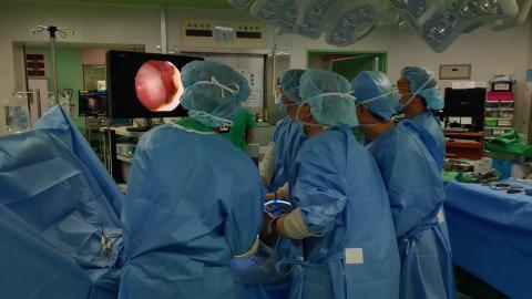 경희대병원 윤경호 주임교수와 의료진들이 이식을 완료하고 수술을 마무리하고 있다