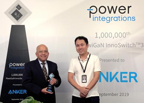 Balu Balakrishnan 회장이 1마이크로미터 GaN 기반 InnoSwitch3 IC를 Anker Innovations의 CEO 스티븐 양에게 선보였다