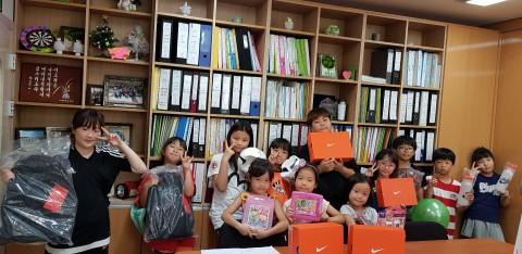 나이키 코리아가 함께하는 사랑밭을 통해 인천 연수구 새생명지역 아동센터에 물품 후원을 했다