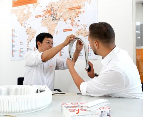 신제품 출시와 관련해 미팅을 갖고 있는 한국이구스 e체인 프로덕트 매니저와 이구스 본사 클린룸 담당자