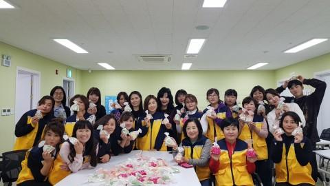 국제아로마테라피임상연구센터 교강사진과 부천대학교 남북하나지원센터 아로마 봉사 동아리 대학생들이 기념사진을 찍고 있다